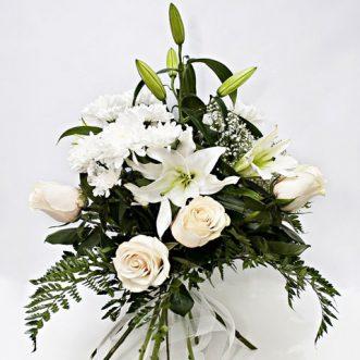 Белые лилии и хризантемы