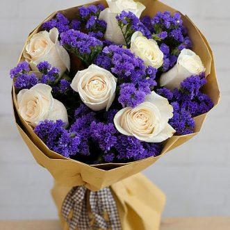 Букет из роз и синей статицы