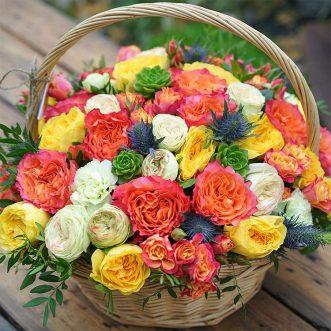 Корзина с разноцветными розами фото