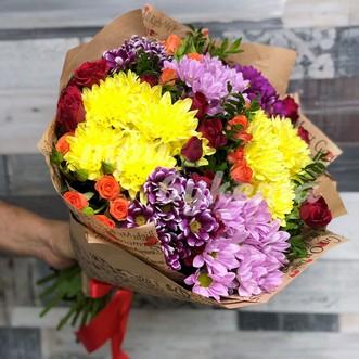 Разноцветные альстромерии и розы фото