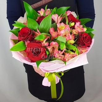 Розы и альстромерии в крафте