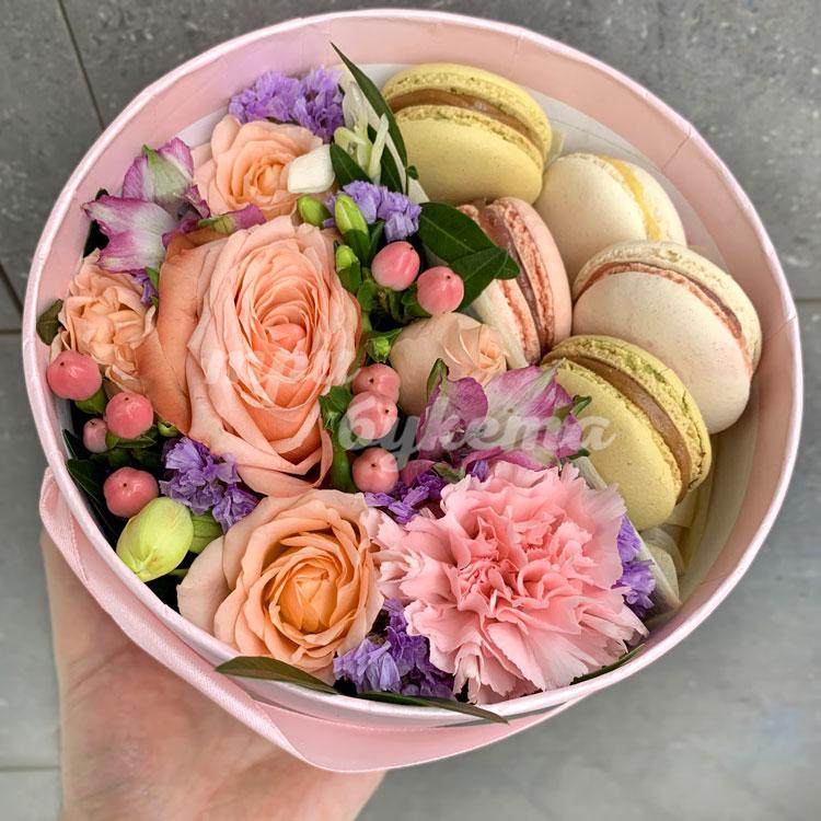 5 макарун с розами и гвоздиками фото