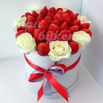 5 роз и клубника в коробке