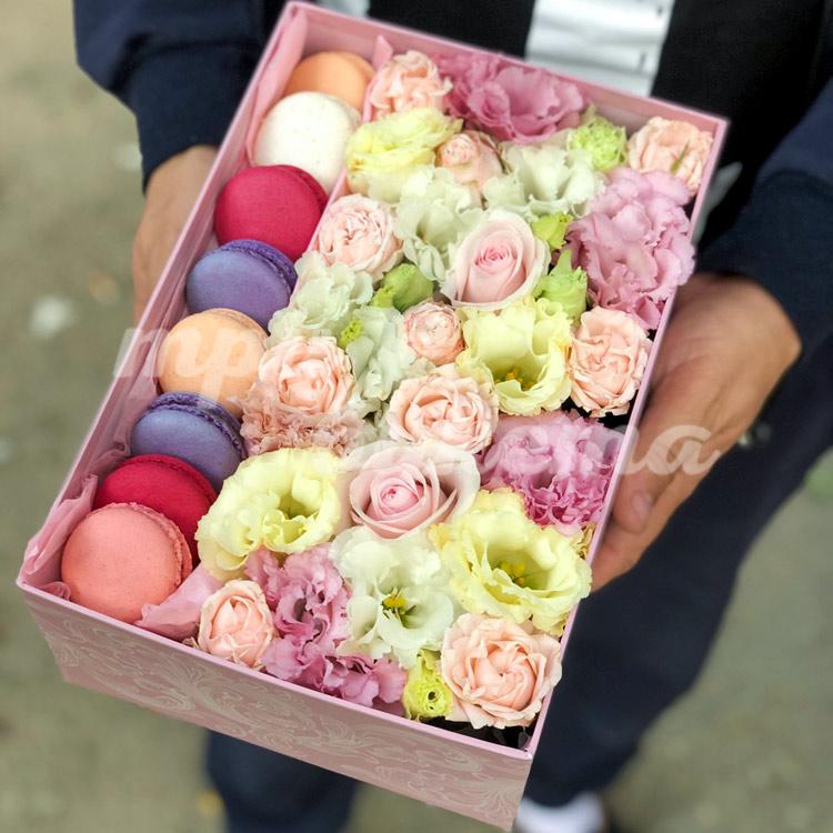 8 макарун и цветочная композиция фото