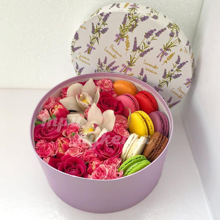 8 макарун с розами и орхидеями