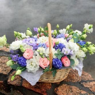Корзина гиацинтов и роз
