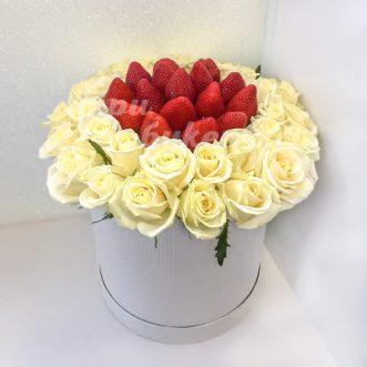 Розы и клубника в коробке