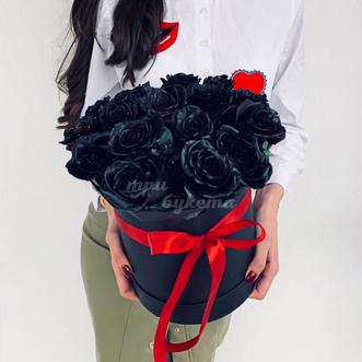 Букет из 17 черных роз в шляпной коробке