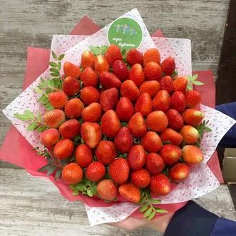 Букет из 55 ягод клубники в крафте фото