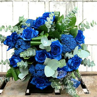 Букет из синих роз и вибурнума