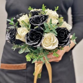 Букет невесты из черных и белых роз