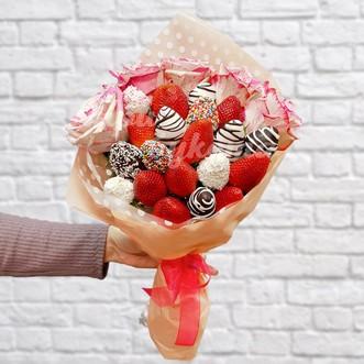 Букет из 20 ягод клубники и роз фото