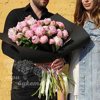 Букет из 25 светло-розовых пионов в Premium упаковке Блэк