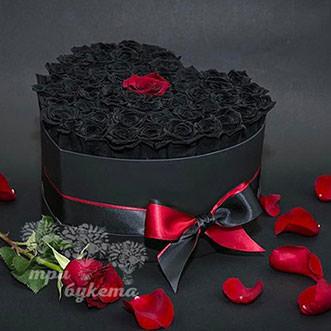 Сердце из 51 черной розы