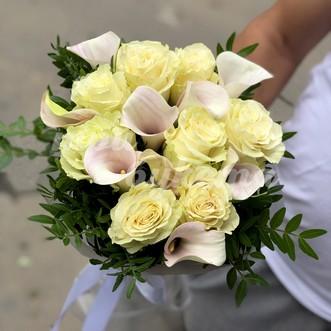 Белый букет из калл и роз