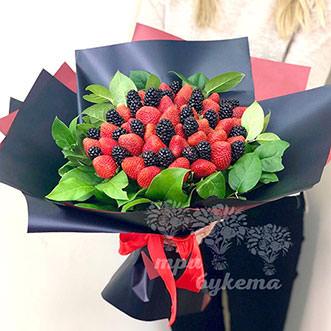 Букет из ягод клубники и ежевики