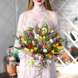 Букет на 8 марта из 67 тюльпанов