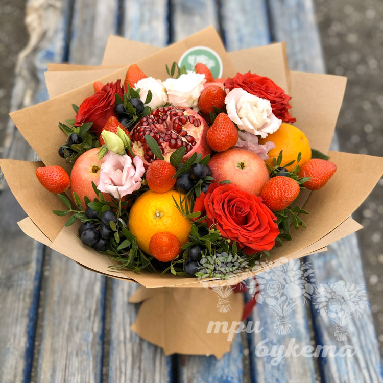 Букет из клубники, граната и роз