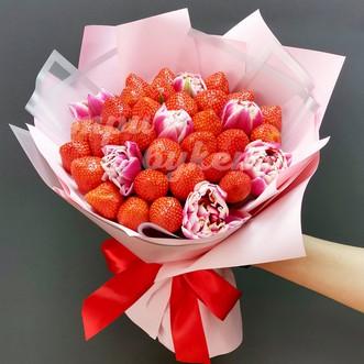 Букет из клубники и тюльпанов