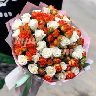 Букет из оранжевых и белых роз