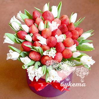 Клубника и белые тюльпаны в коробке