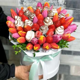 Клубника и тюльпаны в коробке