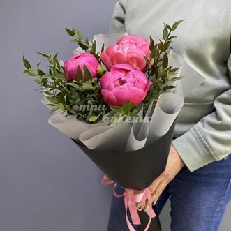 Букет из 3 розовых пионов в крафте