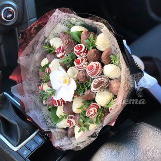 Букет из клубники и орхидеи