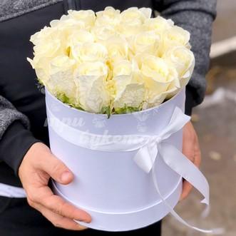19 белых роз в коробке