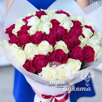 Букет из 51 белой и красной розы