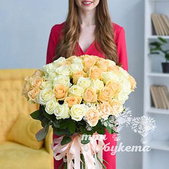 Букет из 51 белой и персиковой розы