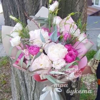 Букет из 3 белых пионов и роз фото