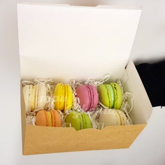 Разноцветные макаруны на карантине фото
