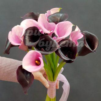 Букет из розовых и черных калл фото