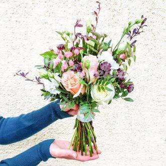 Букет невесты из роз и гиперикума