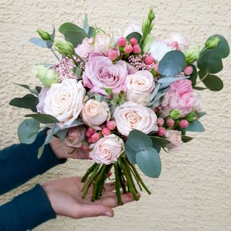 Букет невесты из роз и озотамнуса