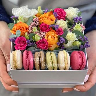 6 макарун с розами в коробке фото