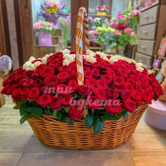 Большая корзина красных и белых роз