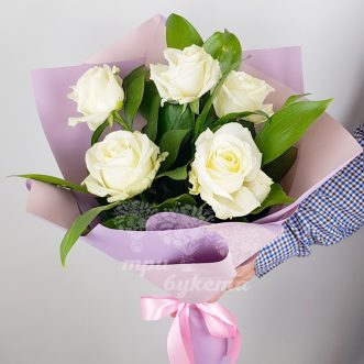 Букет из 5 белых роз фото