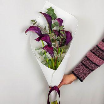 Букет из 7 фиолетовых калл фото
