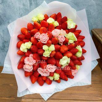 Букет из 75 ягод клубники и роз