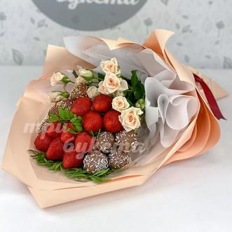 Букет из клубники и белых роз фото