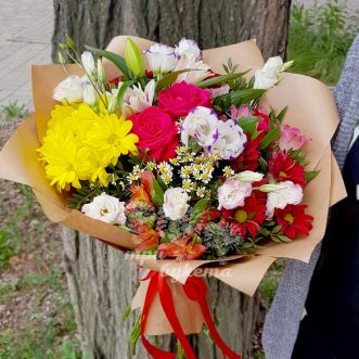Букет из красных роз и хризантем фото
