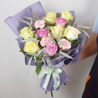 Букет из роз и диантусов фото