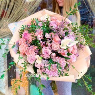 Букет из роз и хризантем в крафте