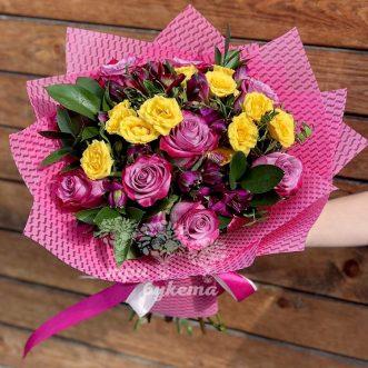 Букет из розовых и желтых роз фото