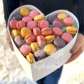 Коробка макарун в виде сердца фото