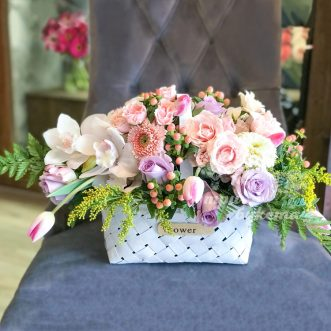 Корзина кустовых роз и тюльпанов фото