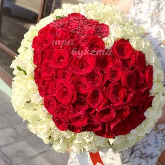 Красно-белое сердце из 151 розы