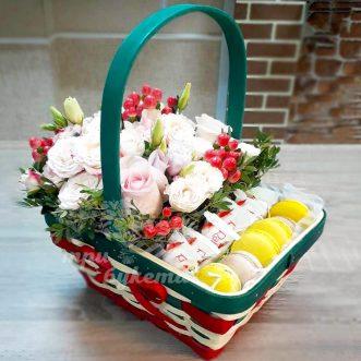 Кустовые розы и макаруны в корзине